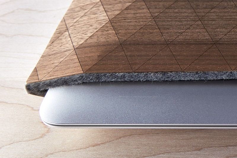 grovemade-walnut-macbook-sleeve-galb-A1_800x800_90