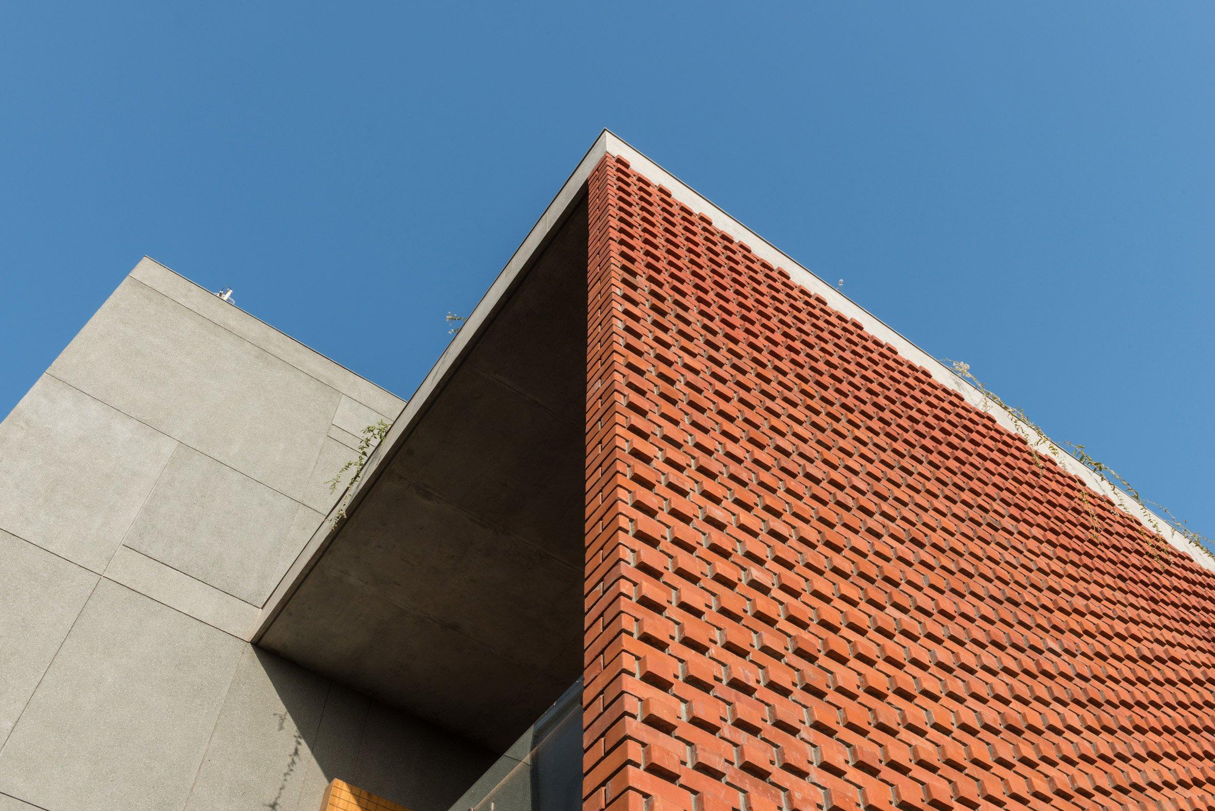 Une façade en brique complexe par Design Maroc