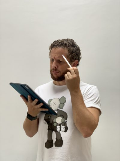 Image de Younes Duret en train d'utiliser un iPad Pro M1